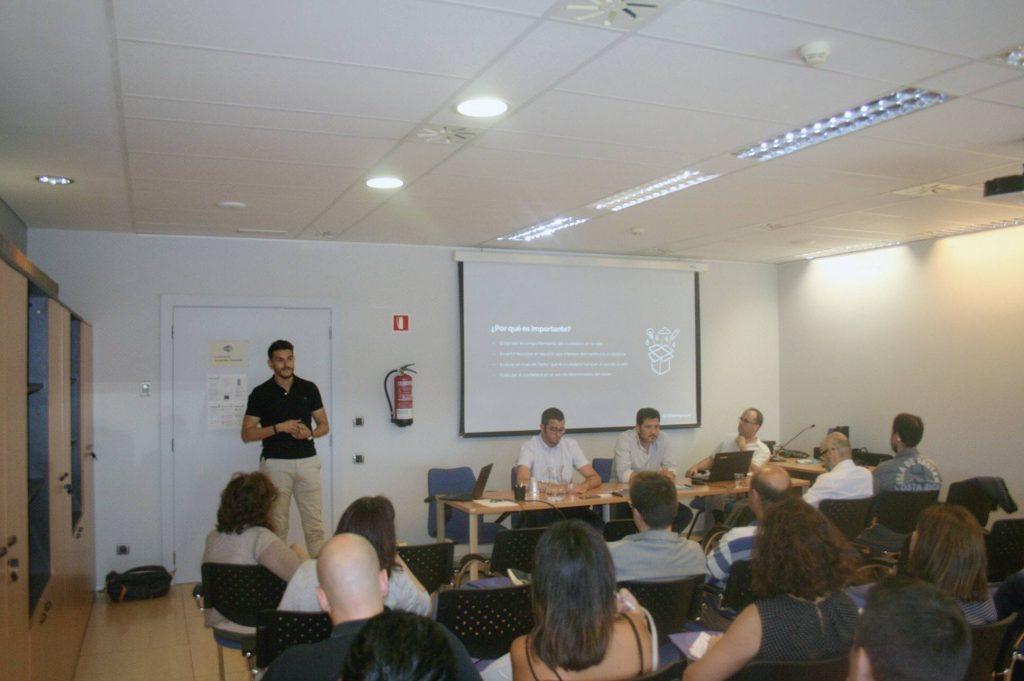 Zack Alami dando una formación de SEO en Barcelona, España